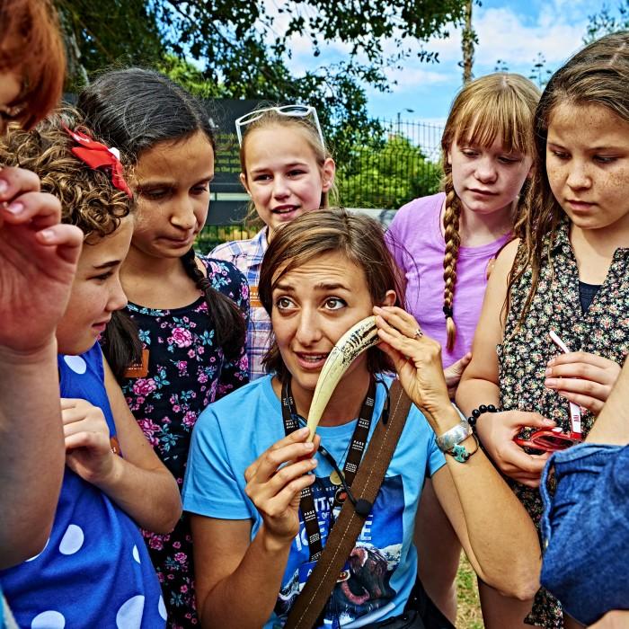 gallery interpreter with kids at tar pits field trip